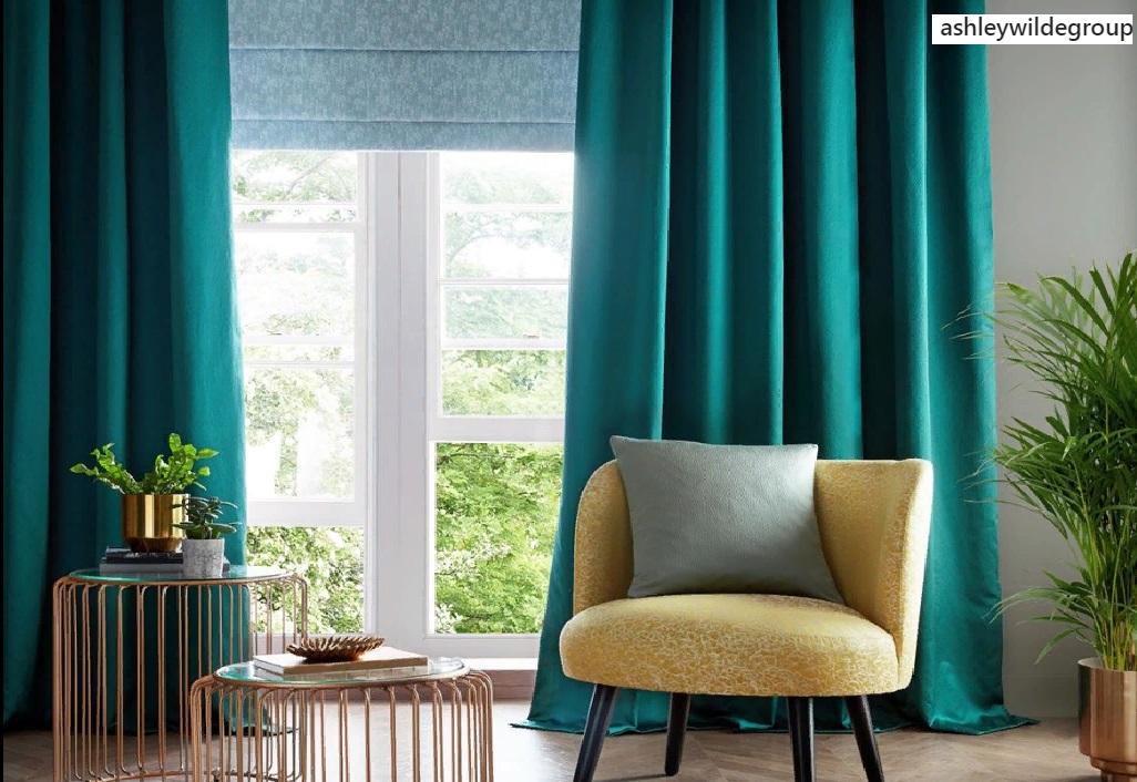 Использование штор с насыщенным цветом в дизайне оформления окна