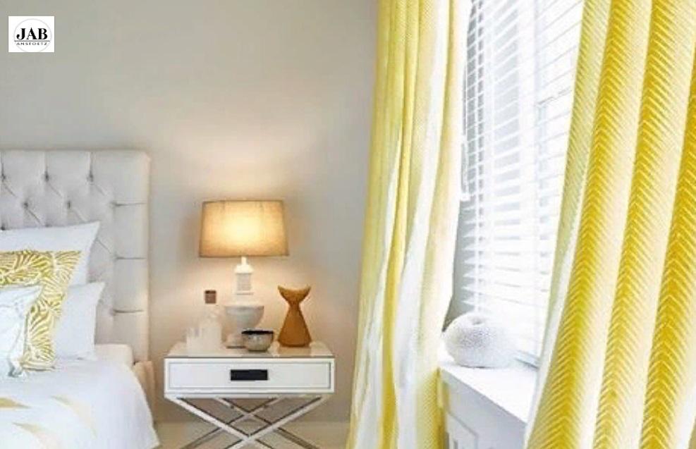 Яркие желтые шторы в дизайне интерьера