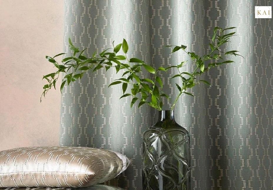 Красивые шторы на фоне растений