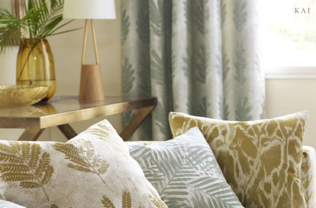 Дизайнерские ткани в стильном интерьере зала