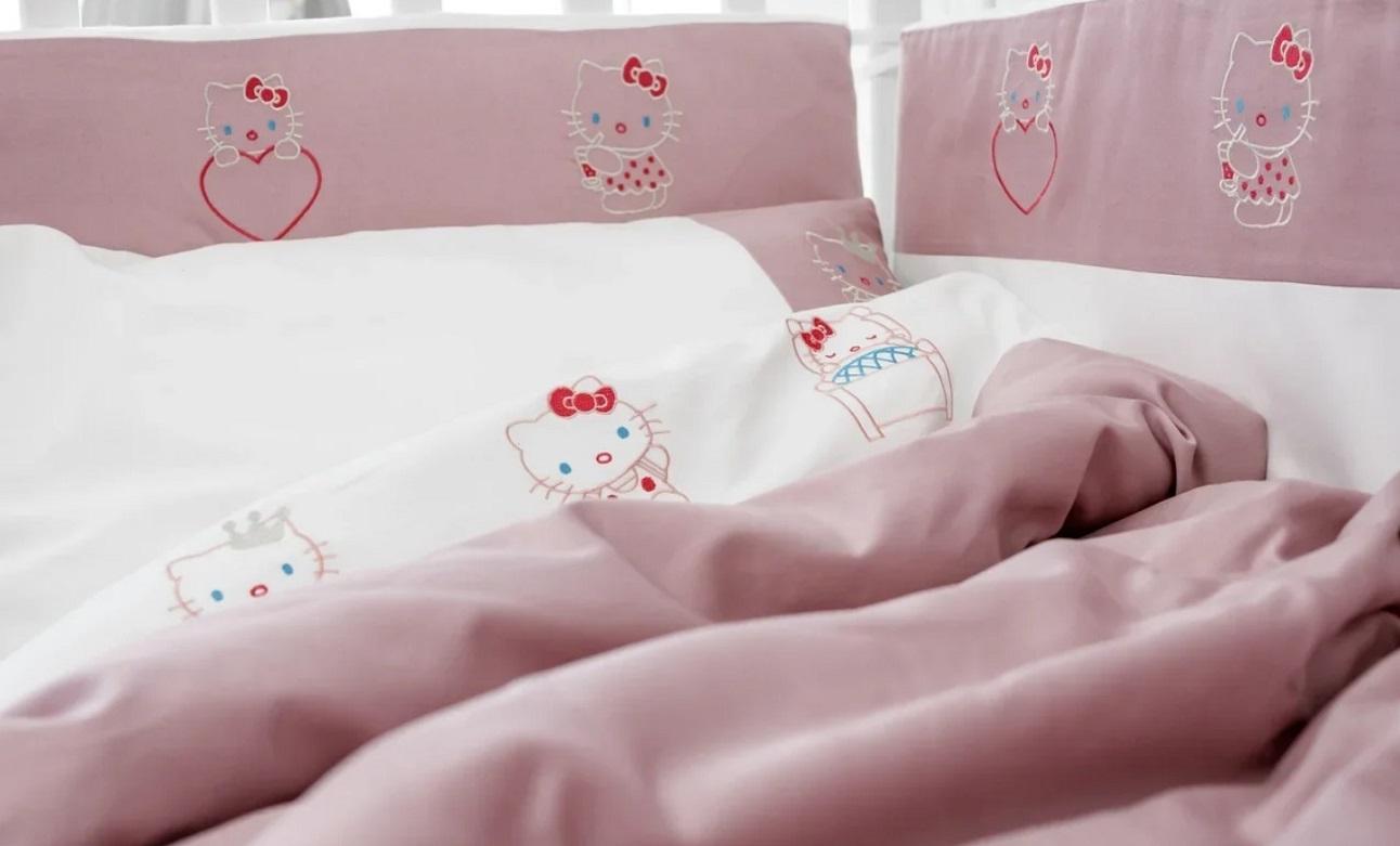Мягкие бортики для детской кроватки в розовом и коралловом цвете