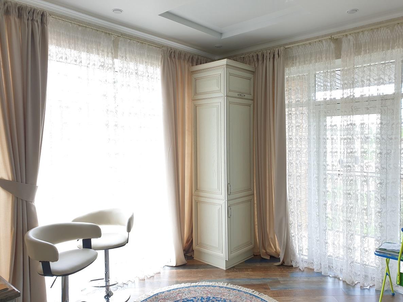 выбрать ткань для штор на кухню с балконом