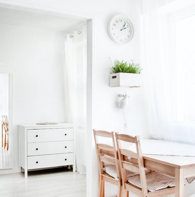 белые шторы в скандинавском стиле