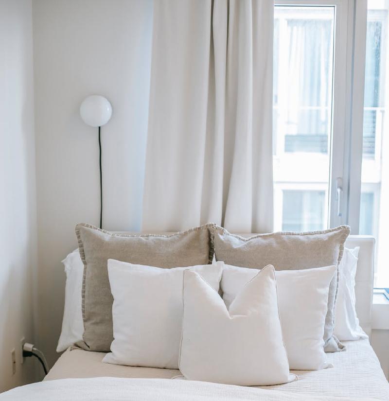 Выбор ткани имеет большое значение для всех штор в доме, а не только для спален.
