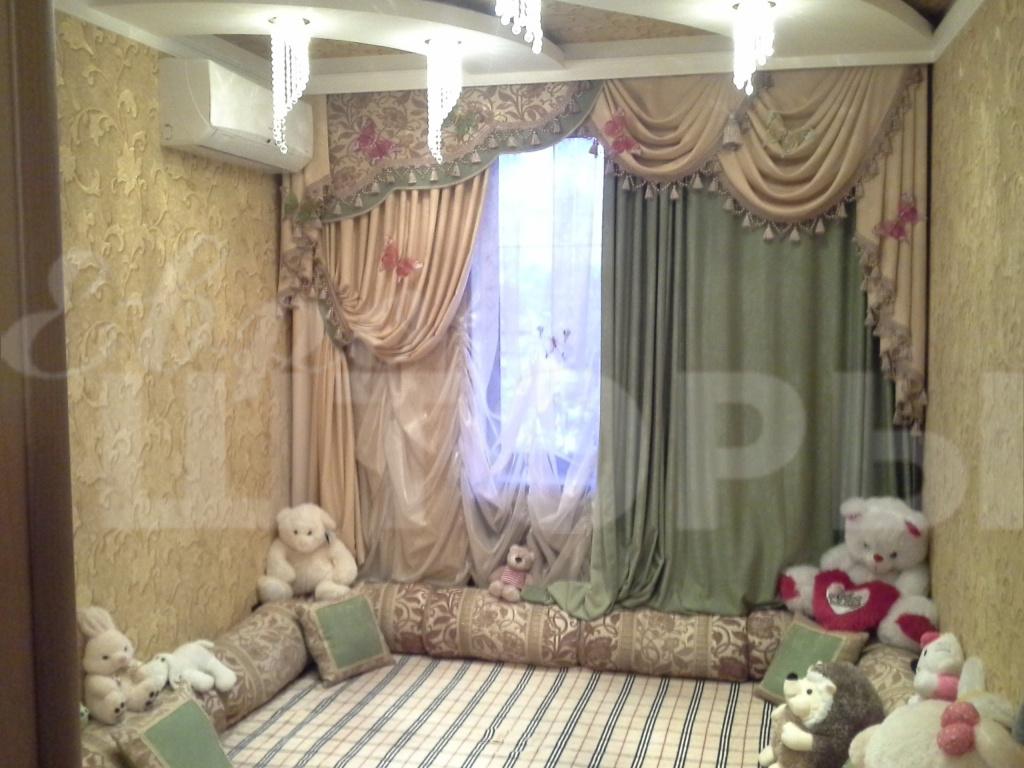 шторы в спальню зеленого оттенка