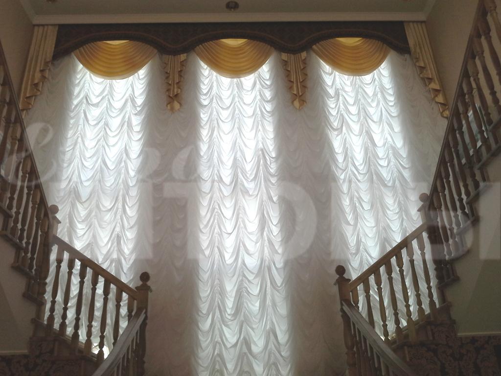 Белые шторы легко сочетать с другими элементами интерьера