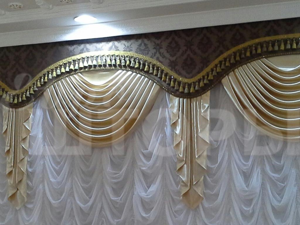 шторы с ламбрекенами в интерьере современной гостиной